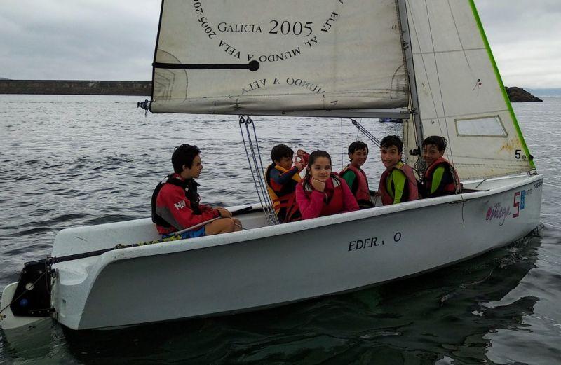 Nenos e nenas da comarca de Barbanza aprenden a navegar coa Deputación da Coruña