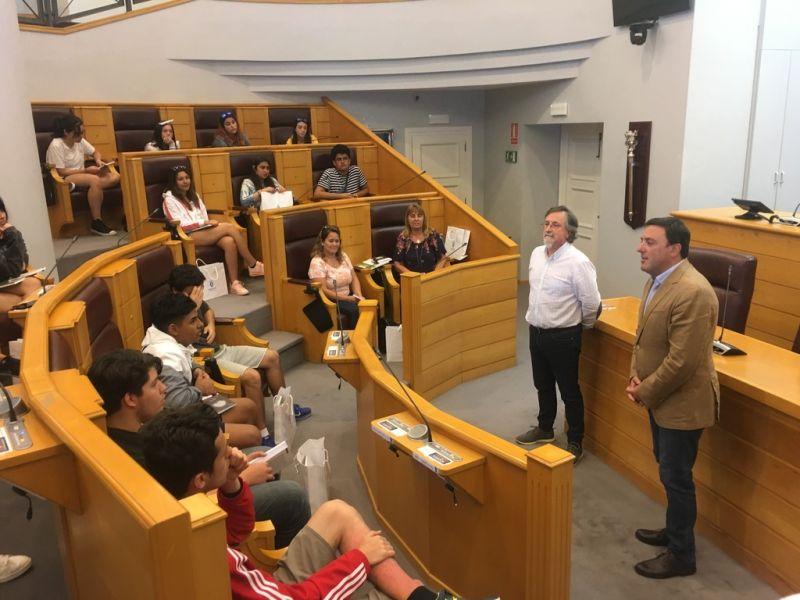González Formoso recibe na Deputación a un grupo de alumnos do Instituto Santiago Apóstol de Bós Aires